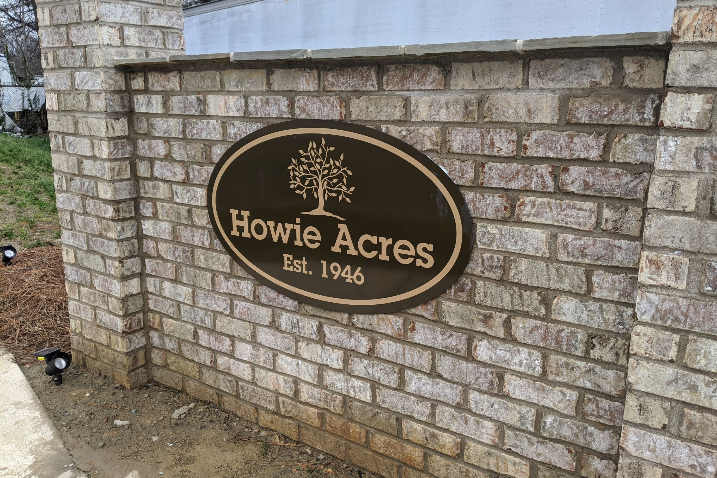 Howie-Acres-entrance-sign